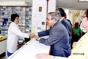 Minister of Social Affairs Mario Aoun meets with the JMP–L Medication Dispensing Department staff.
