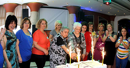 The event's organizing team, together with the two eldest mothers present at the event, cut a cake to celebrate Mother's Day.